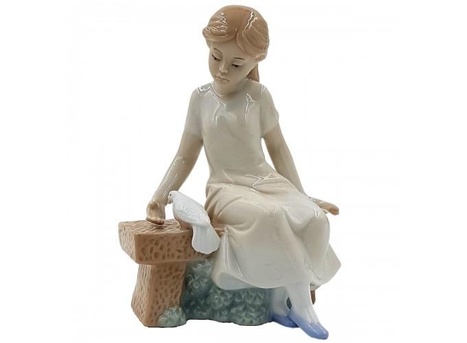 Статуэтка декоративная из фарфора  Арт.HP0193 (девочка на скамейке с голубем)