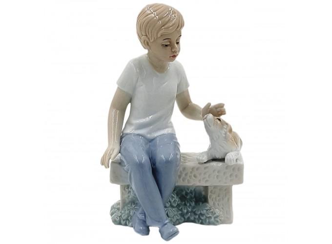 Статуэтка декоративная из фарфора  Арт.HP3035 (мальчик с собачкой на скамейке)